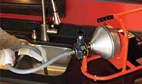 plombier qui débouche un évier avec furet électrique