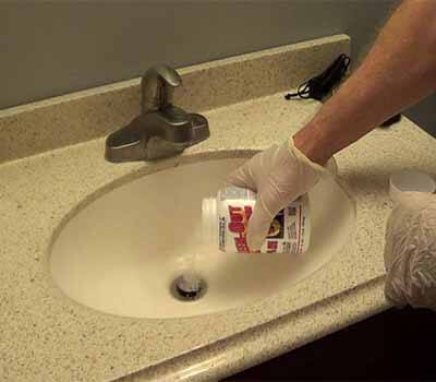 déboucher un évier avec produit chimique