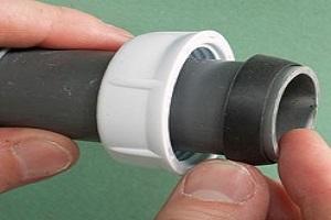 Plombier qui procède à un changement de bague pvc pour réparer une fuite évier