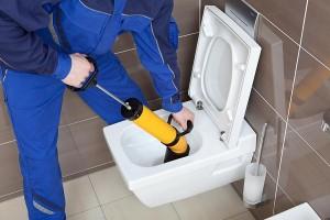 débouchage toilette bouchée avec pompe